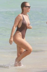 bianca-elouise-thong-bikini-pokies-in-miami-09