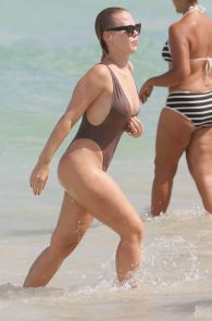bianca-elouise-thong-bikini-pokies-in-miami-13