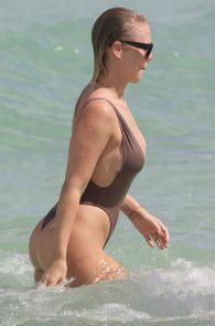 bianca-elouise-thong-bikini-pokies-in-miami-15