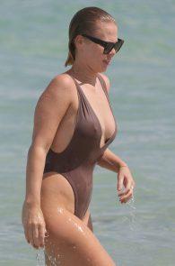 bianca-elouise-thong-bikini-pokies-in-miami-18