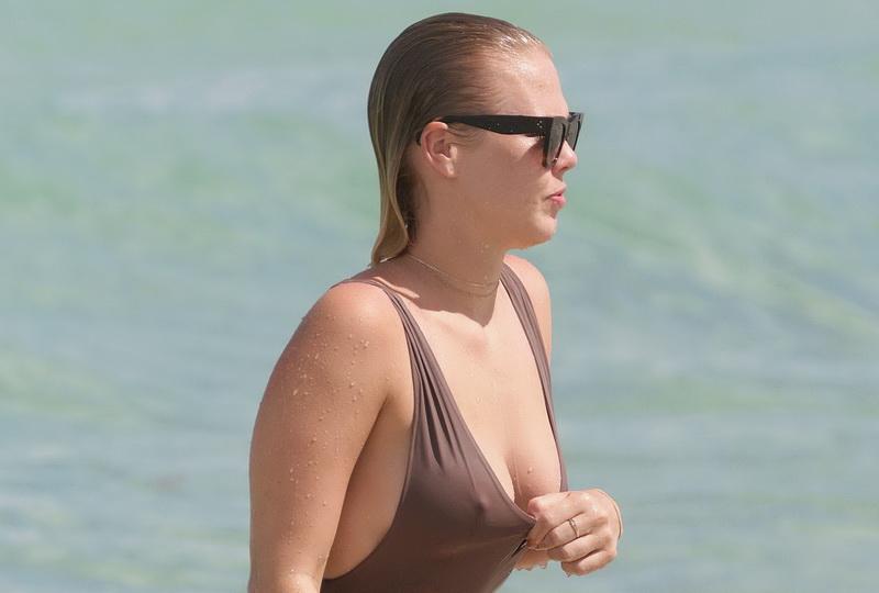 bianca-elouise-thong-bikini-pokies-in-miami-22