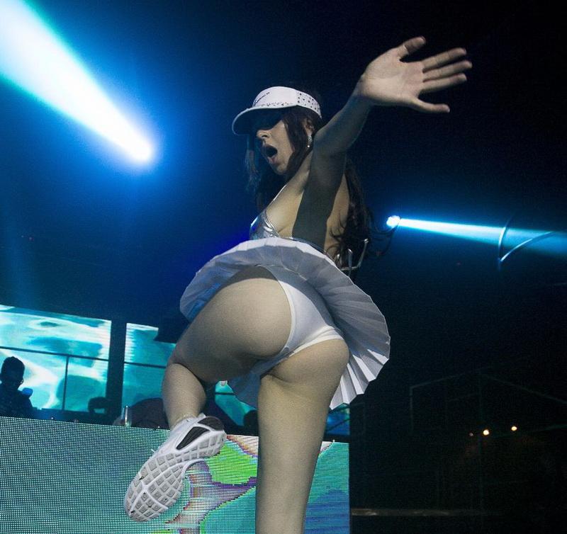 charli-xcx-booty-upskirt-pokies-at-create-nightclub-01