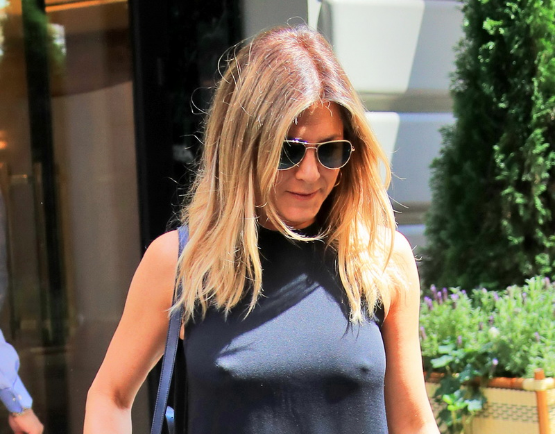 jennifer-aniston-braless-pokies-in-new-york-01