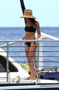 jessica-alba-black-bikini-in-hawaii-01