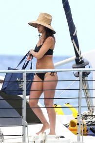 jessica-alba-black-bikini-in-hawaii-07