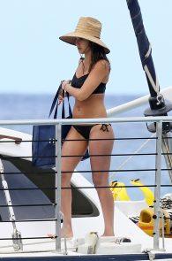 jessica-alba-black-bikini-in-hawaii-09