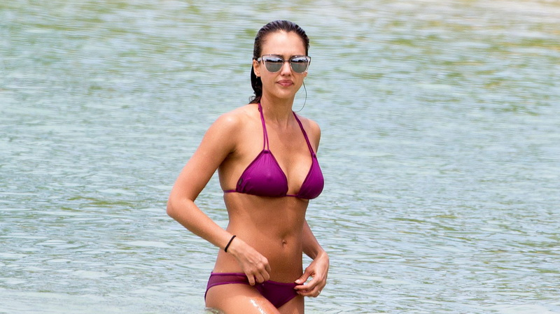 jessica-alba-wet-pokies-bikini-in-hawaii-12
