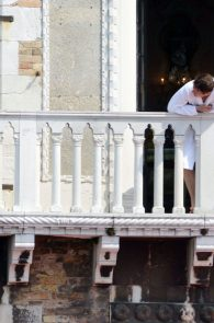 kate-moss-see-through-bra-on-the-balcony-venice-01