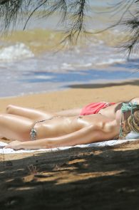 margot-robbie-topless-on-the-beach-in-hawaii-02
