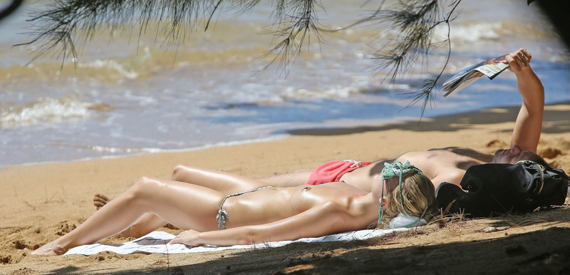 margot-robbie-topless-on-the-beach-in-hawaii-04