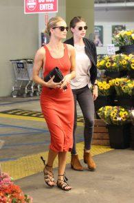 rosie-huntington-whiteley-pokies-while-out-shopping-13