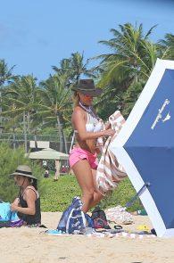 britney-spears-wearing-a-bikini-in-hawaii-06
