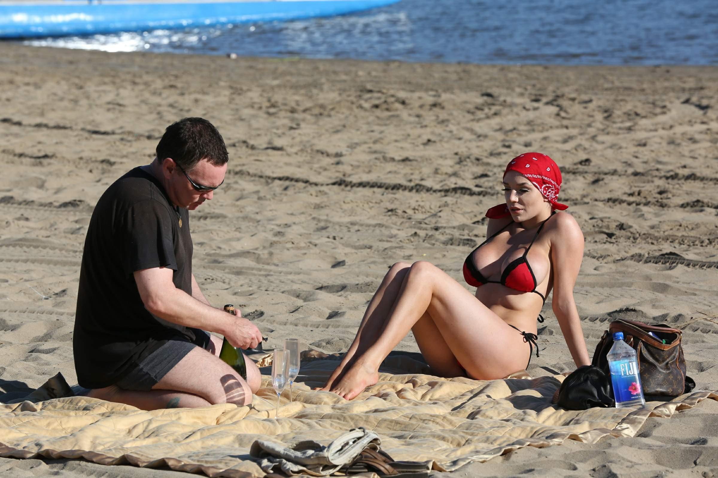 На пляже в слипах фото