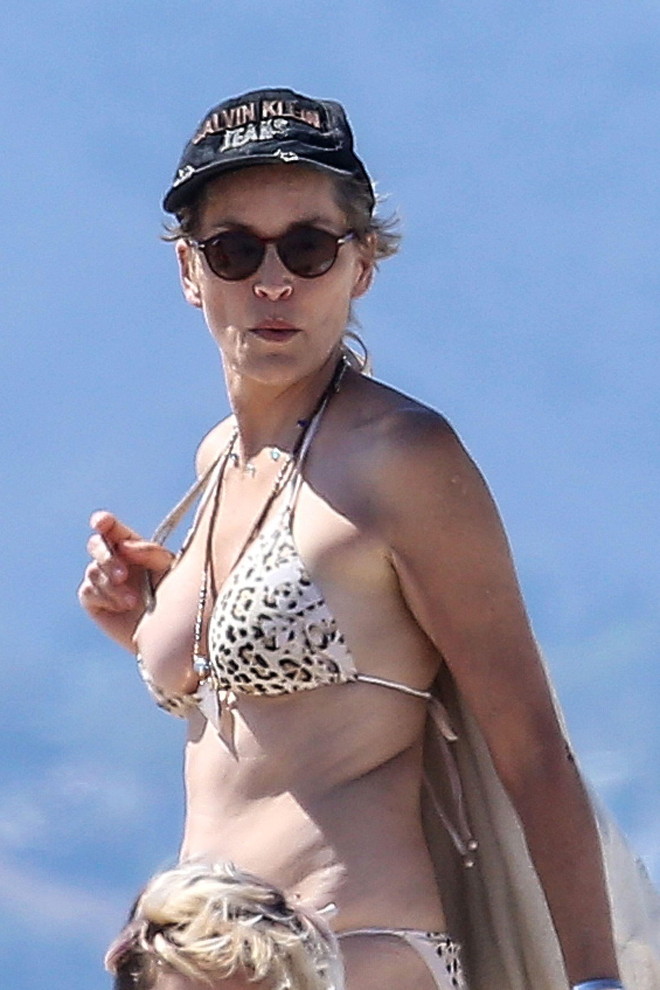Sharon-Stone-Nipple-Slip-On-The-Beach-In-Venice-06 -8299