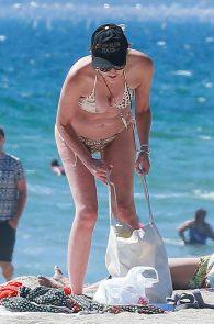 sharon-stone-nipple-slip-on-the-beach-in-venice-19