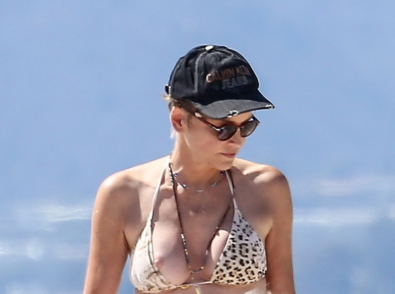 sharon-stone-nipple-slip-on-the-beach-in-venice-20