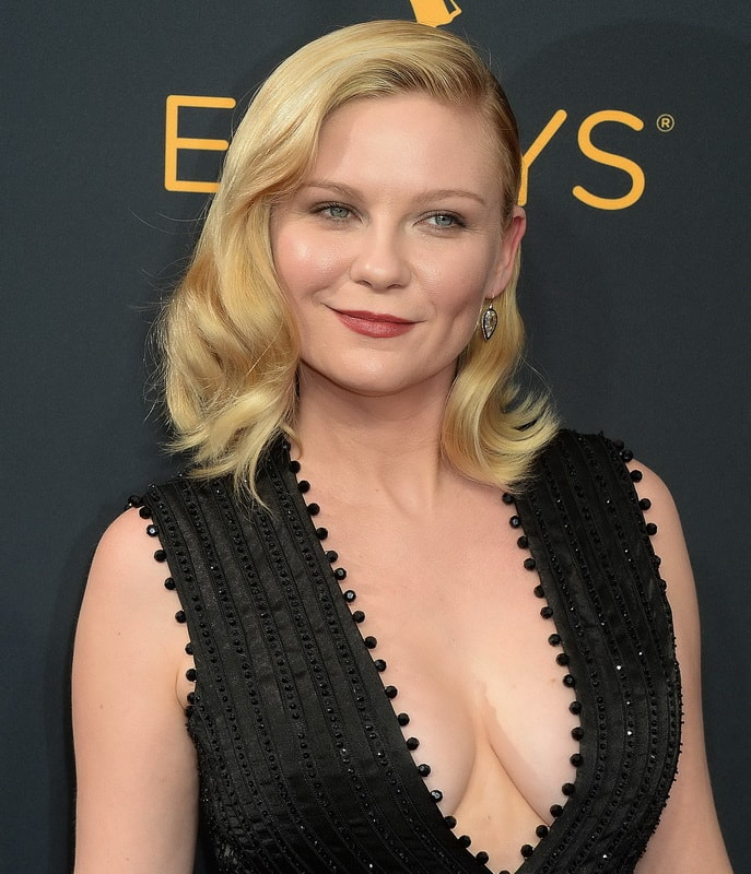 kirsten-dunst-cleavage-at-68th-annual-primetime-emmy-awards-04