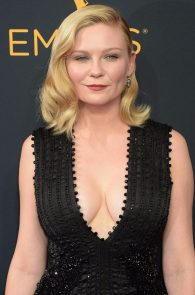 kirsten-dunst-cleavage-at-68th-annual-primetime-emmy-awards-05