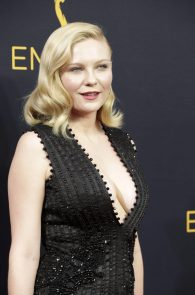 kirsten-dunst-cleavage-at-68th-annual-primetime-emmy-awards-08