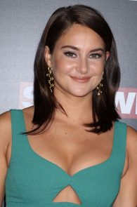 shailene-woodley-cleavage-at-snowden-premiere-in-nyc-08