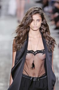 taylor-marie-hill-see-through-to-boobs-at-the-new-york-fashion-week-01