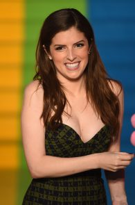anna-kendrick-cleavage-at-trolls-premiere-in-london-05