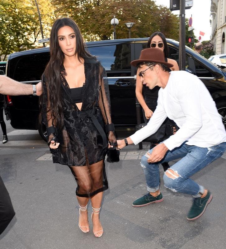 kim-kardashian-booty-kissed-by-journalist-in-paris-01