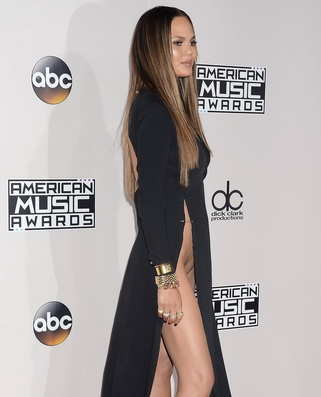 chrissy-teigen-pantyless-upskirt-at-2016-american-music-awards-01