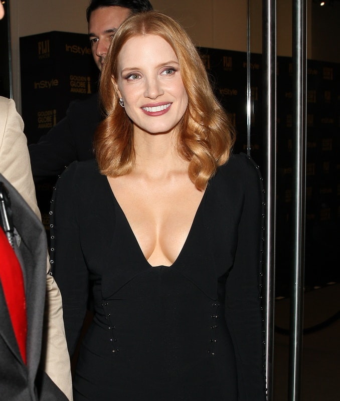 jessica-chastain-cleavage-while-leaving-catch-in-los-angeles-01