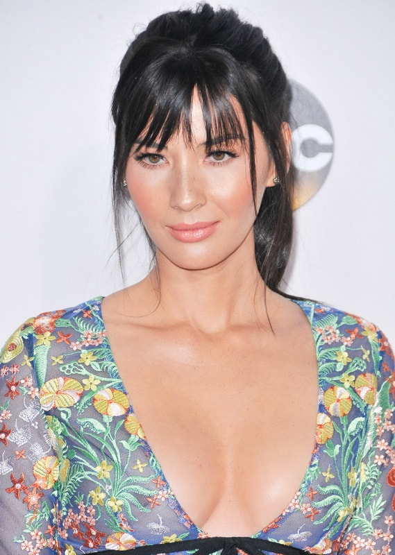 olivia-munn-see-through-to-nipples-at-2016-american-music-awards-01