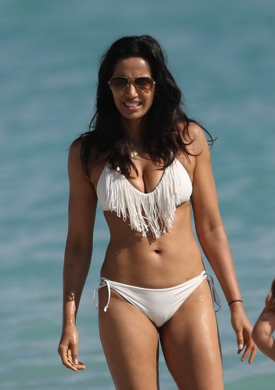 padma-lakshmi-cameltoe-in-white-bikini-on-the-beach-in-miami-01
