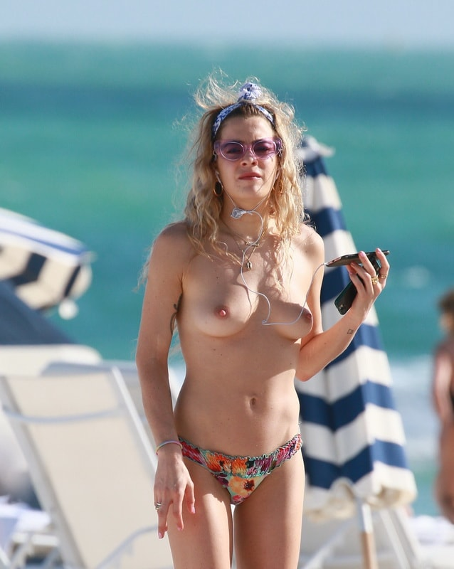 chelsea-leyland-topless-on-the-beach-in-miami-01