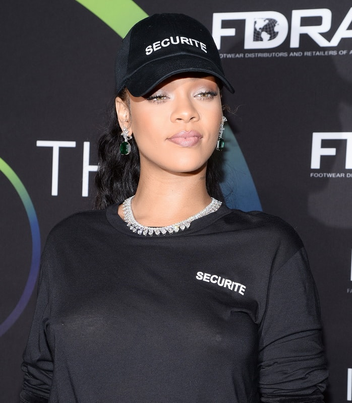rihanna-see-through-to-nipples-at-fn-achievements-awards-in-ny-01
