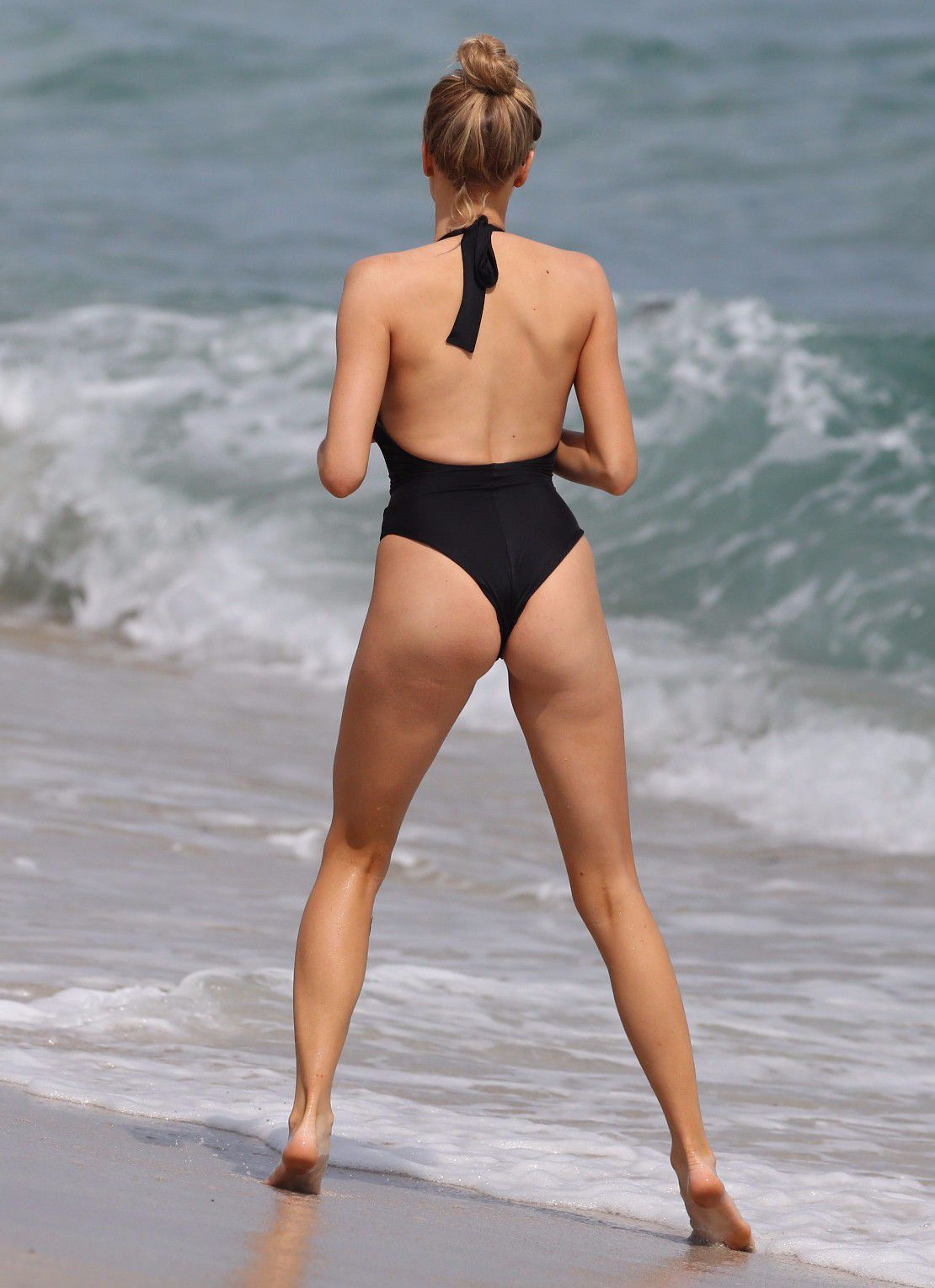 charlotte-mckinney-nipple-slip-at-the-beach-in-miami-13