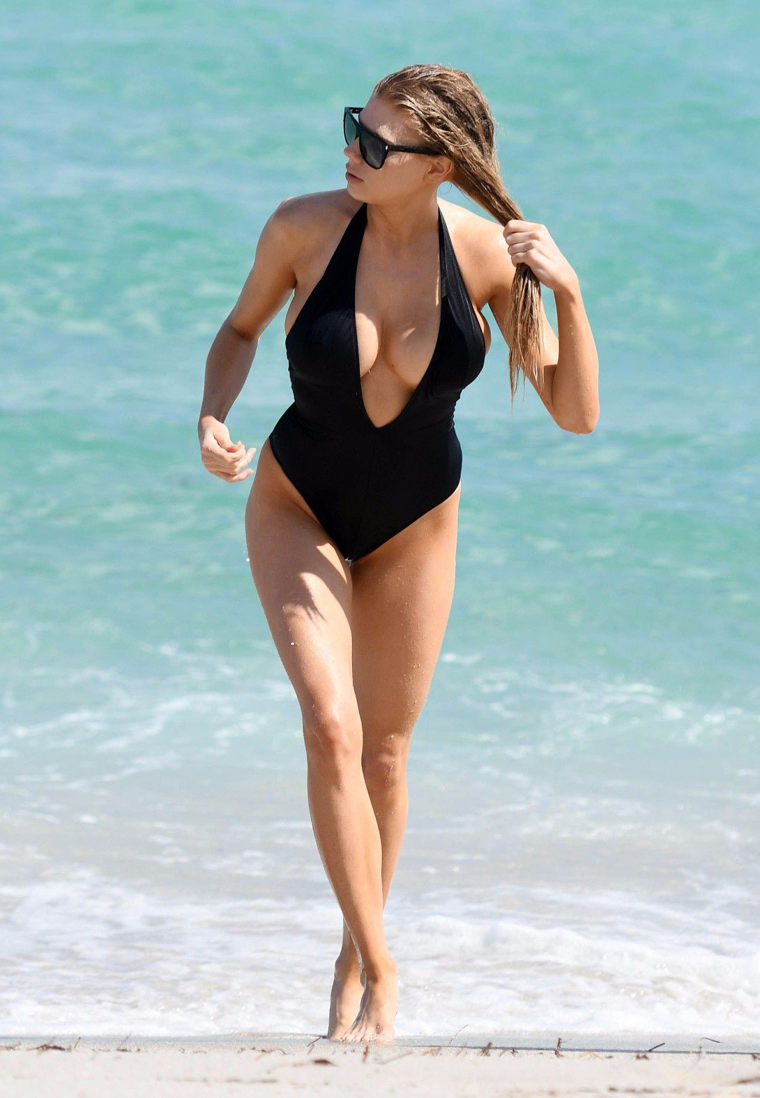 charlotte-mckinney-nipple-slip-at-the-beach-in-miami-20