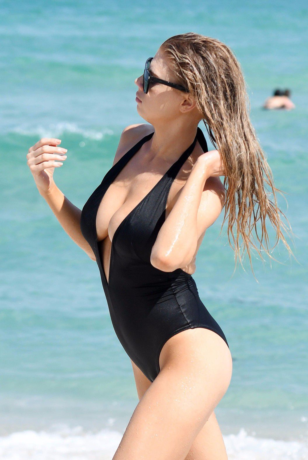 charlotte-mckinney-nipple-slip-at-the-beach-in-miami-24