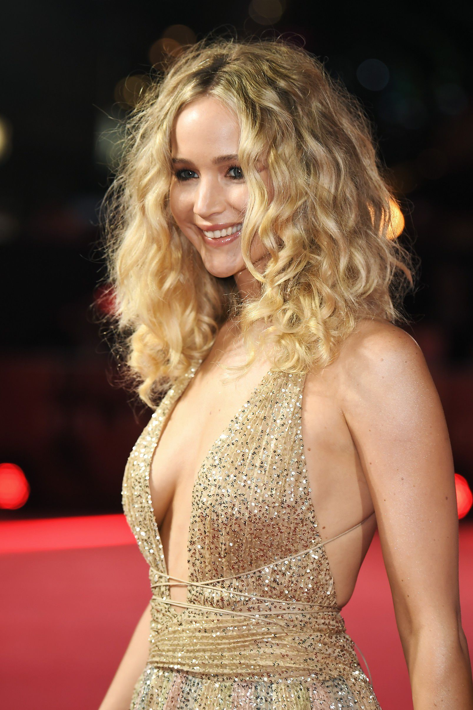 jennifer-lawrence-cleavage-at-red-sparrow-premiere-in-london-2112