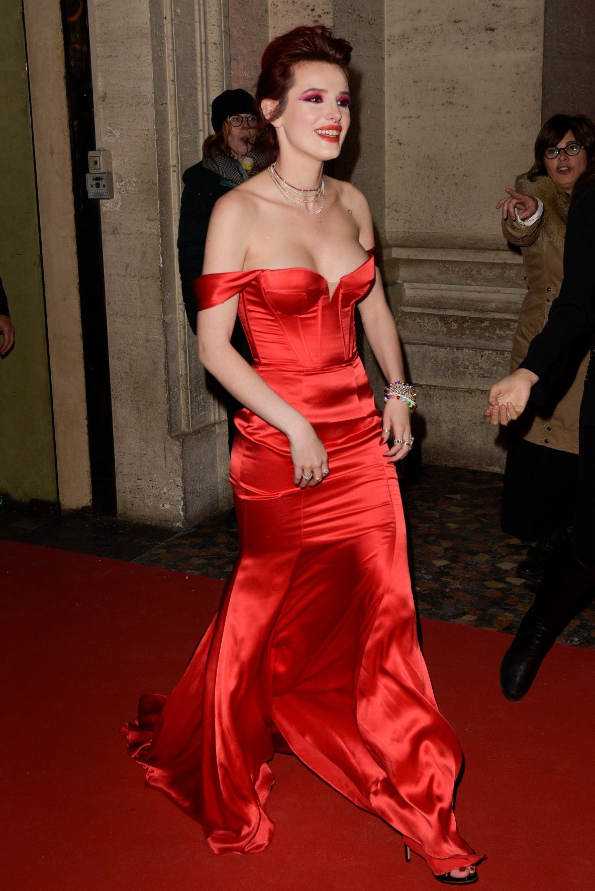 bella-thorne-deep-cleavage-at-midnight-run-premiere-in-rome-8315