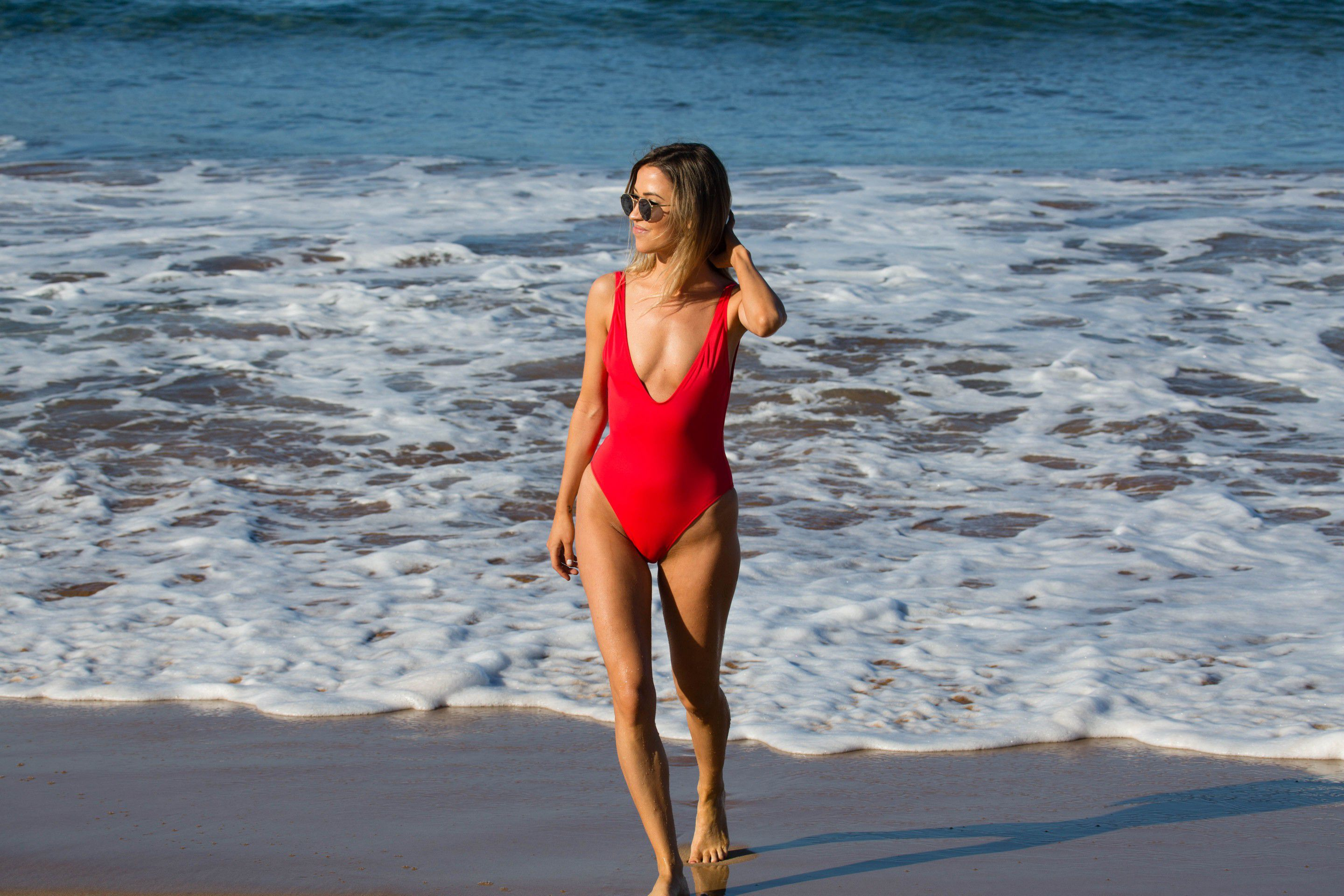kaitlyn-bristowe-cameltoe-in-red-swimsuit-on-the-beach-in-hawaii-3095