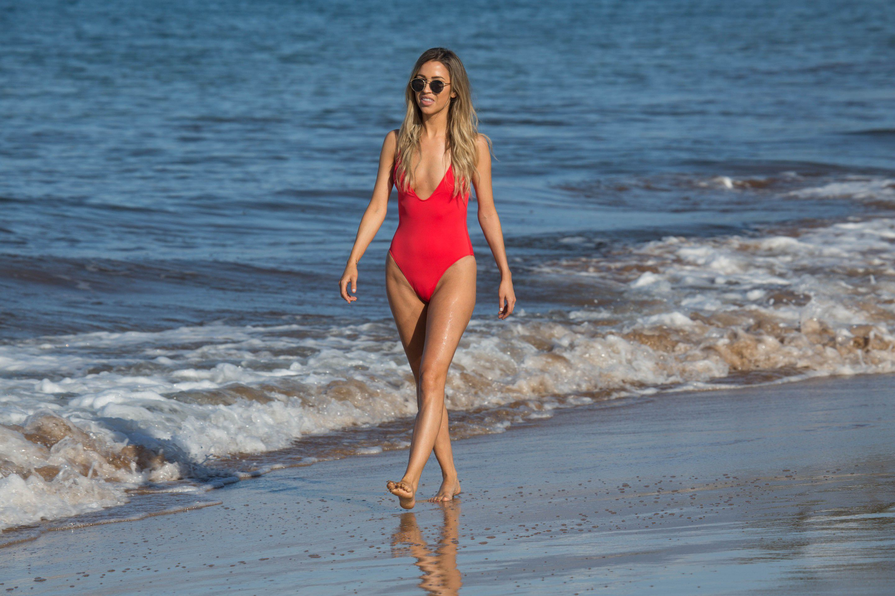 kaitlyn-bristowe-cameltoe-in-red-swimsuit-on-the-beach-in-hawaii-3688