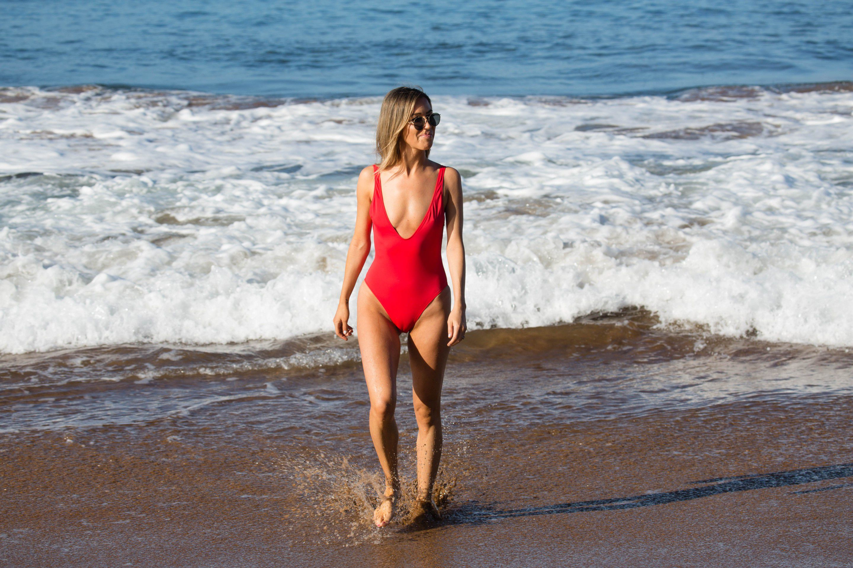 kaitlyn-bristowe-cameltoe-in-red-swimsuit-on-the-beach-in-hawaii-5757