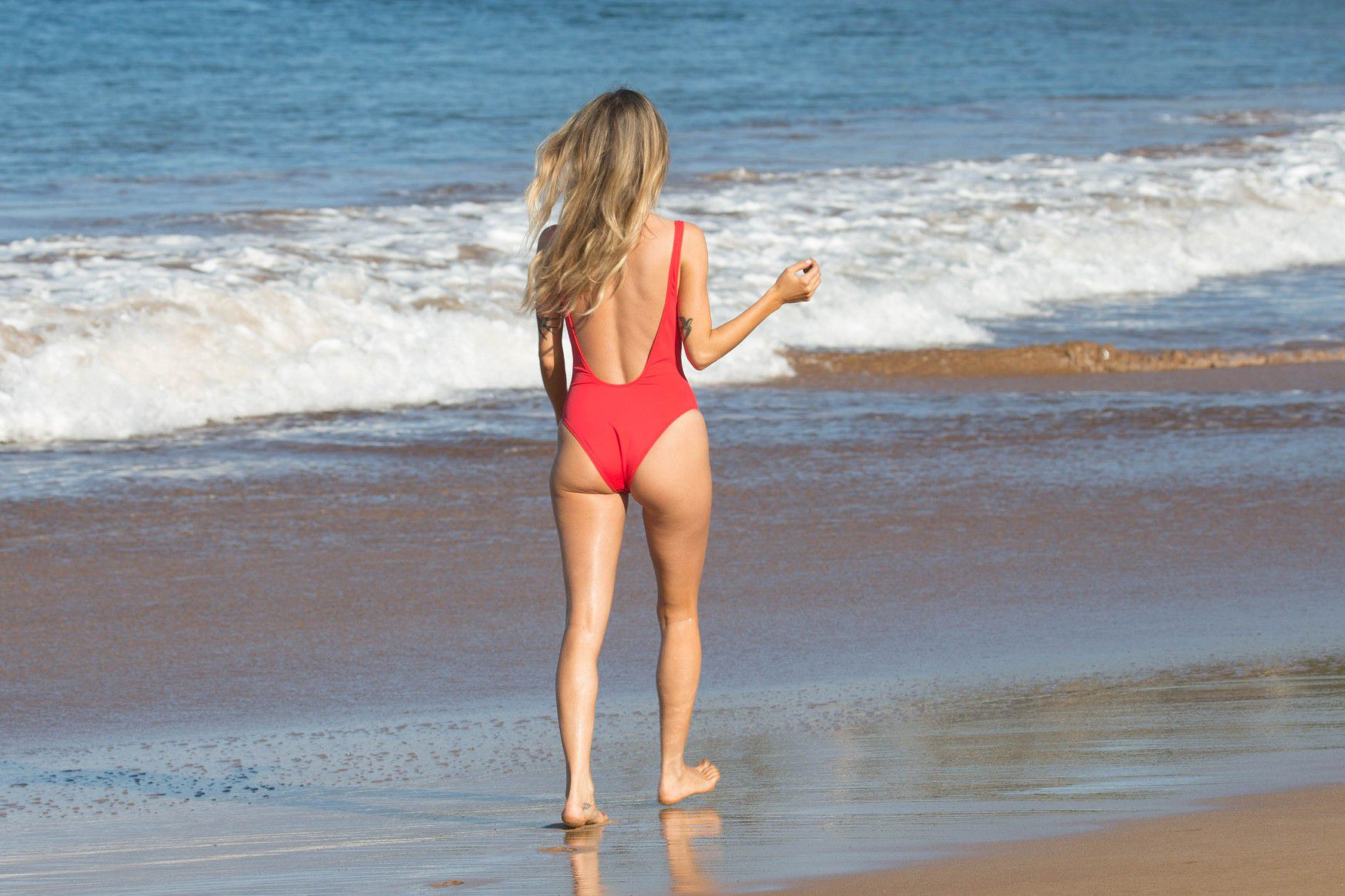 kaitlyn-bristowe-cameltoe-in-red-swimsuit-on-the-beach-in-hawaii-7412