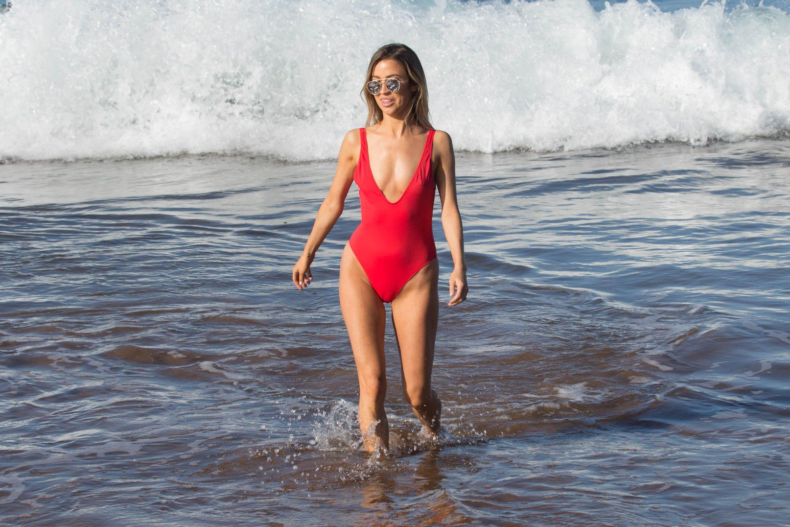 kaitlyn-bristowe-cameltoe-in-red-swimsuit-on-the-beach-in-hawaii-7642