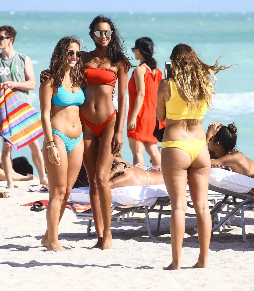 lais-ribeiro-ass-in-thong-bikini-on-the-beach-in-miami-6604