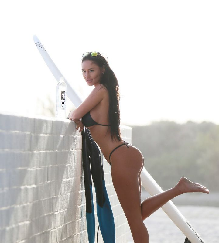 charlie-riina-perfect-bikini-body-for-138-water-in-malibu-01