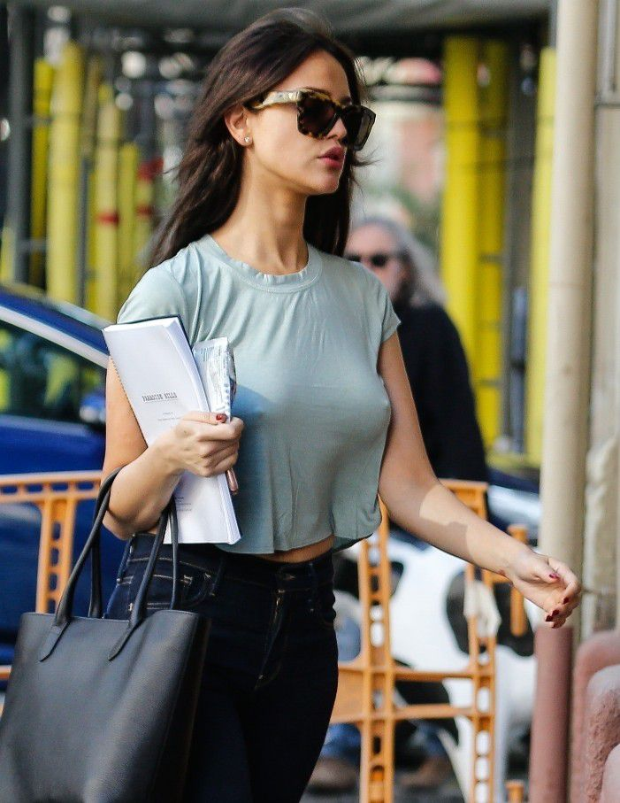eiza-gonzalez-pokies-on-the-set-of-paradise-hills-in-barcelona-2017