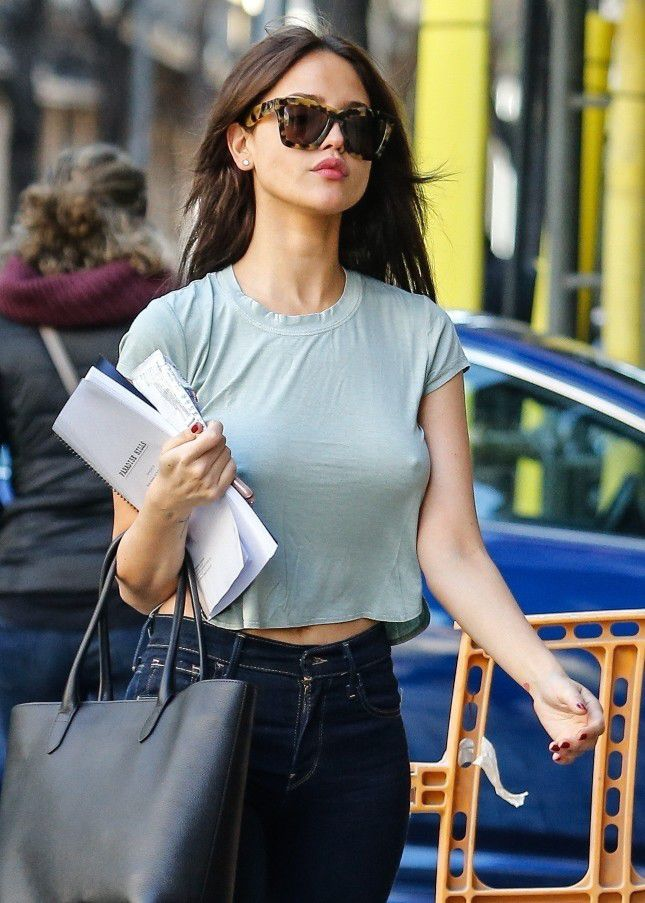 eiza-gonzalez-pokies-on-the-set-of-paradise-hills-in-barcelona-9483
