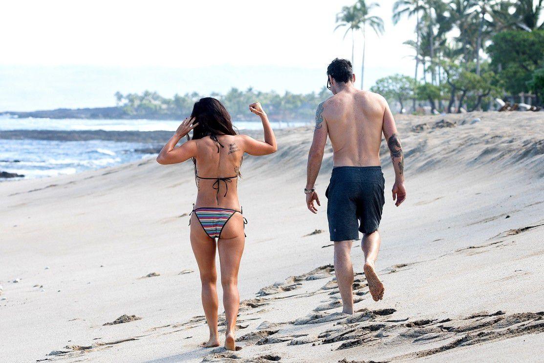 megan-fox-wearing-a-bikini-on-the-beach-in-hawaii-5017